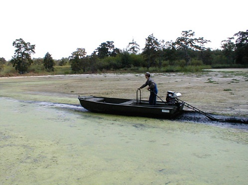 лодочные моторы в грязях